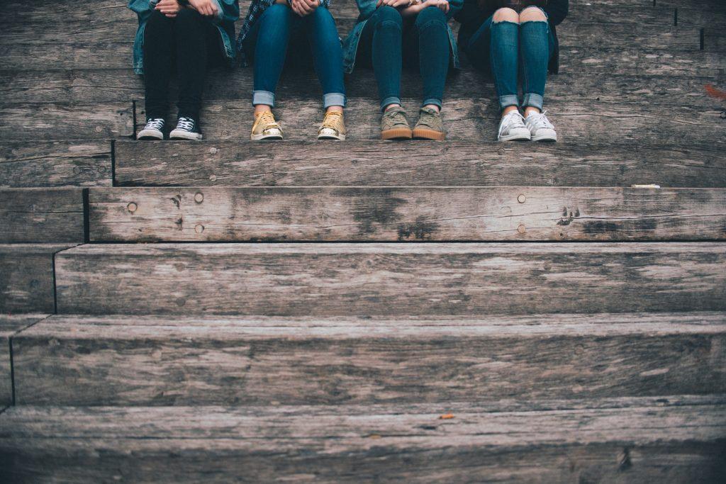 Gruppo di adolescenti su un muretto