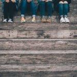 Ragazzi in gruppo su scalinata